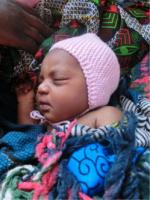 nyfødt med strikkelue 2
