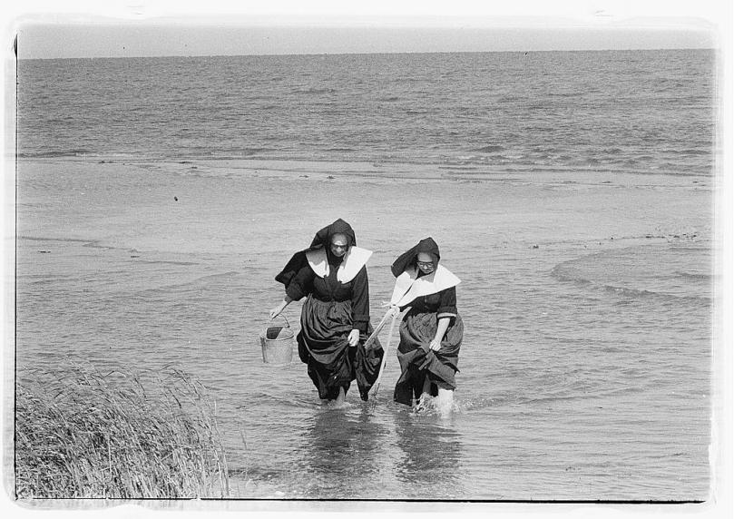 Nuns clamming, Library of Congress Prints and Photographs Division, Toni Frissell Collection